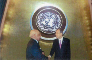 foto: B. Th. W. Kaisiëpo ontmoet Ban Ki Moon in New York.